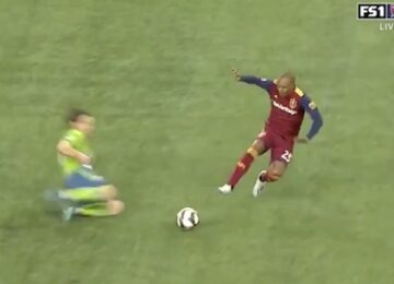 Everton Luiz Tackle