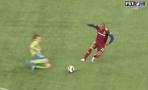 Everton Luiz Tackle